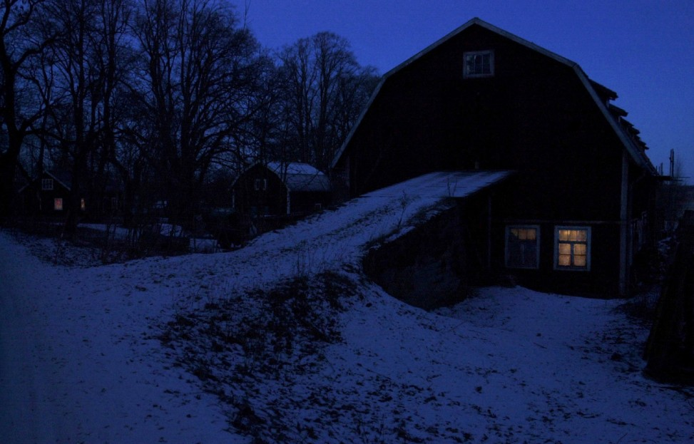 Arkiv 031215-Det lyser i en ladugŒrd i BŠrbo utanfšr Nykšping. Foto:Anna Littorin